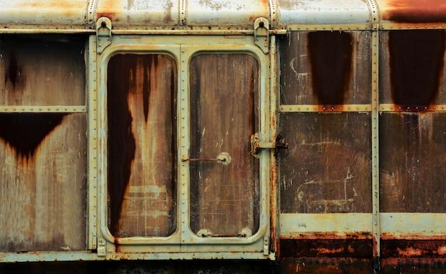 Metalltür des alten und rostigen drehgestellzuges
