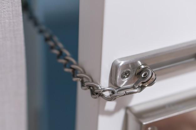 Metalltürkettenschloss im hotelzimmer, sicherheitsschutz bei reisen ins ausland