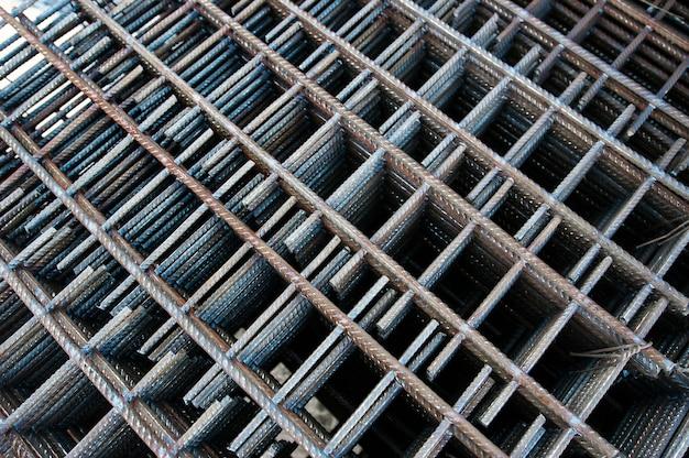 Metallverstärktes netz auf der baustelle im winter