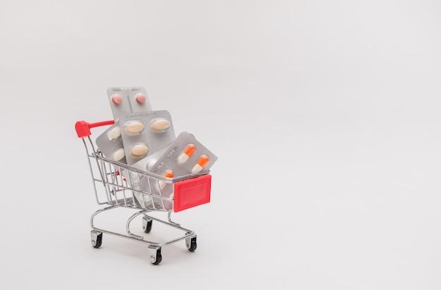 Metallwagen mit tabletten