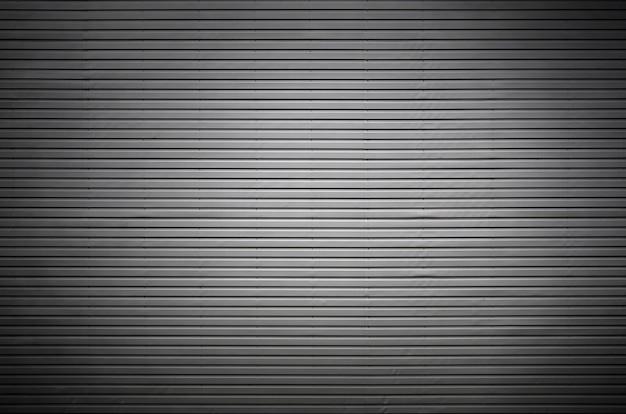 Metallwand mit unsichtbaren lichtquellen, die die mitte beleuchten