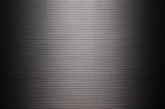 Metallwand mit unsichtbaren lichtquellen, die die mitte für die produktplatzierung beleuchten
