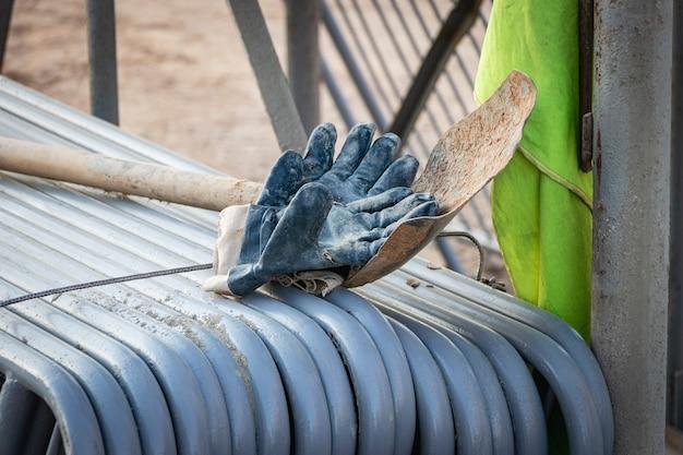 Metallzäune werden auf der baustelle gefaltet und für die installation vorbereitet. pirila zum einbau in ein wohnhaus.