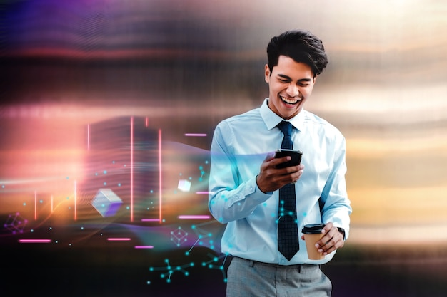 Metaverse- und blockchain-technologiekonzept. fröhlicher junger asiatischer geschäftsmann, der die virtuelle metaverse-welt über das handy in der stadt genießt. futuristischer ton