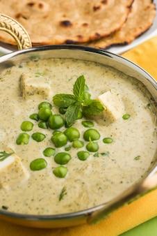 Methi malai paneer mit matar, beliebtes indisches vegetarisches hauptgericht serviert in karahi mit roti oder chapati, selektiver fokus