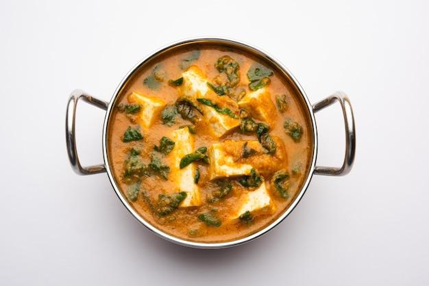 Methi paneer sabzi oder hüttenkäse nach indischer art mit bockshornkleeblätter-curry-rezept. serviert in einer schüssel oder karahi