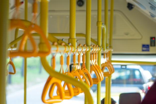 Metropole. handläufe in einem öffentlichen bus auf dem foto
