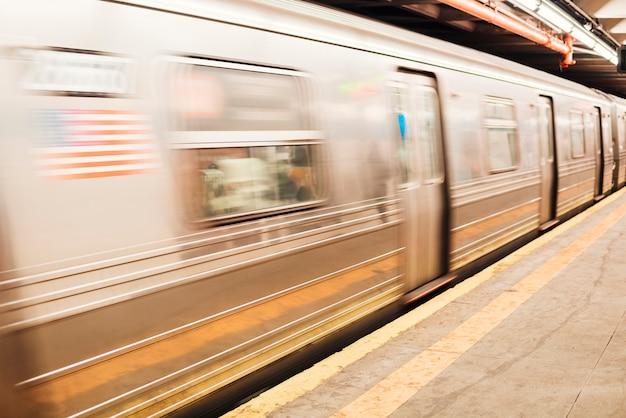 Metrozug am bahnhof