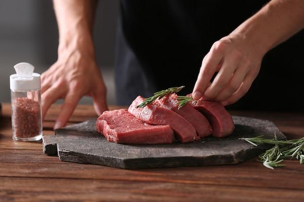 Metzger, der schweinefleisch auf küche kocht
