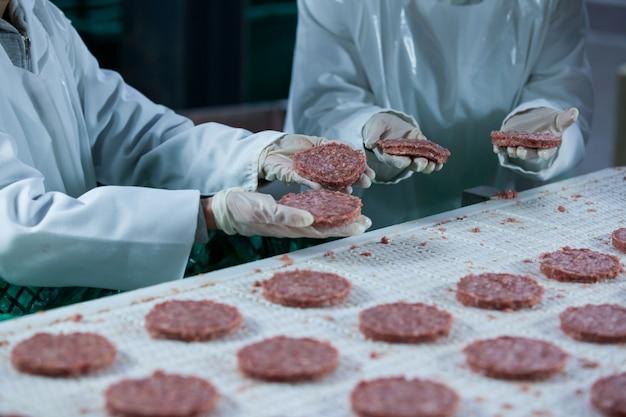 Metzger, die hamburgerpastetchen verarbeiten
