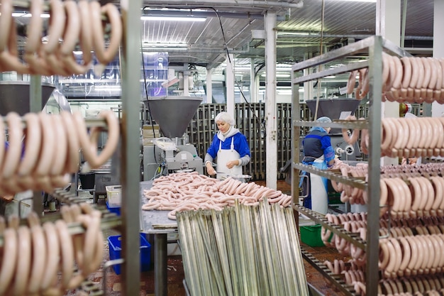 Metzger, die würste an der fleischfabrik verarbeiten.