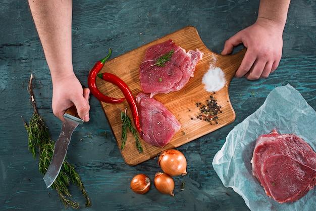 Metzgerausschnitt-schweinefleisch auf küche