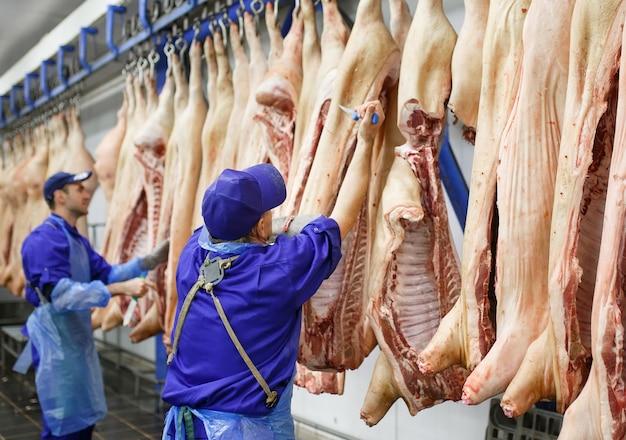 Metzgerausschnittschweinefleisch an der fleischherstellung.