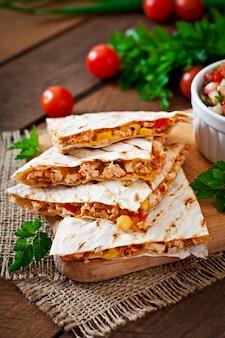 Mexican quesadilla wrap mit hähnchen, mais und paprika und salsa