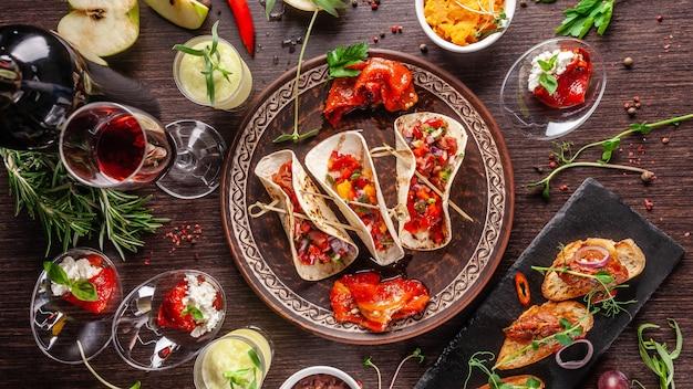 Mexikanische aperitif tacos mit gemüse.