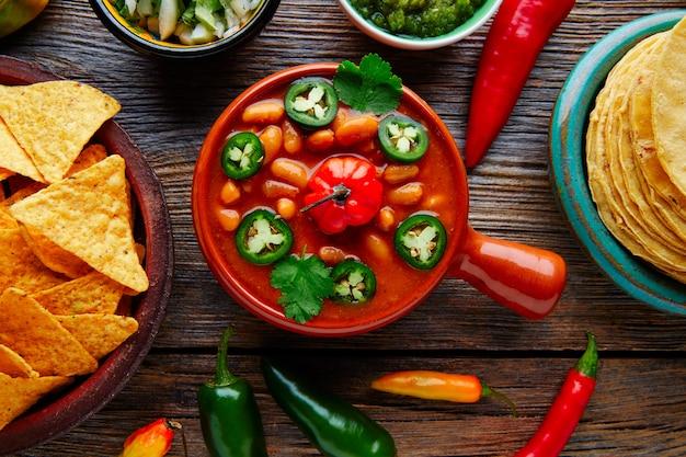 Mexikanische bohnen der frijoles charros mit paprikapfeffer