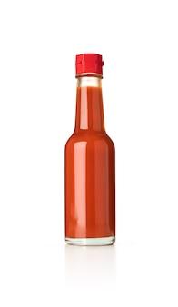 Mexikanische chili-sauce in glasflasche auf weißem hintergrund isoliert