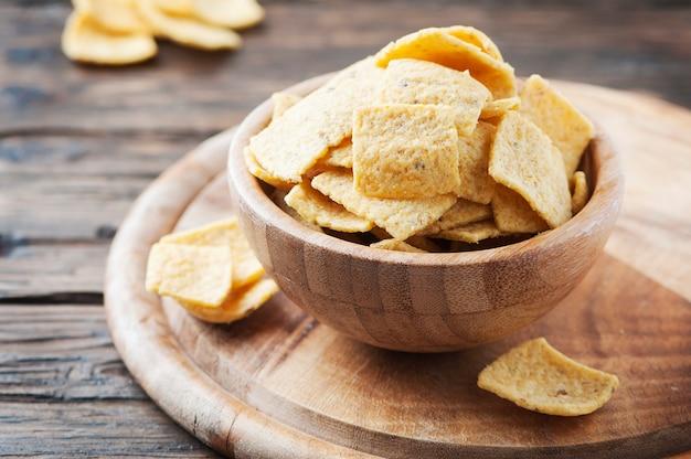 Mexikanische chips auf dem holztisch