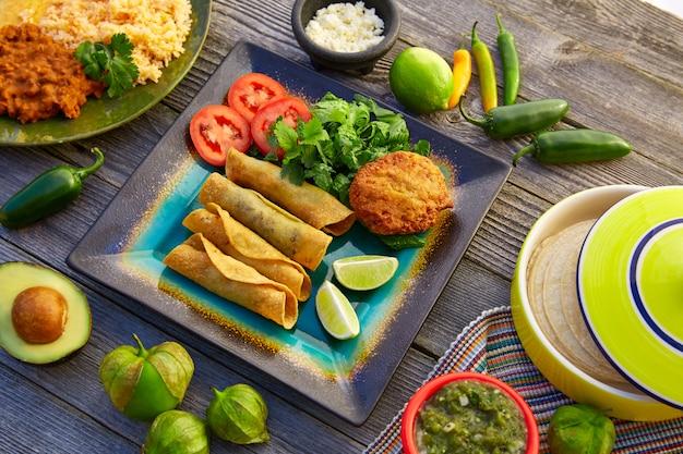Mexikanische flautas rollten tacos mit salsa