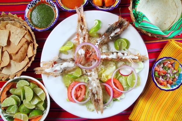 Mexikanische garnelen mit buttercreme-chili-saucen