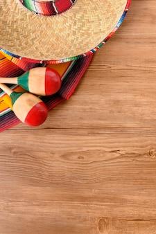 Mexikanische hut und maracas auf dem boden
