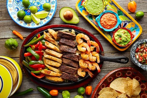 Mexikanische kombinierte rindfleischhuhnfajitasgarnele