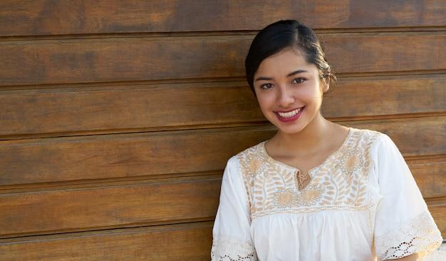 Mexikanische lateinische frau mit ethnischem kleid