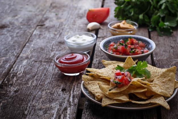 Mexikanische maischips nachos mit salsabad