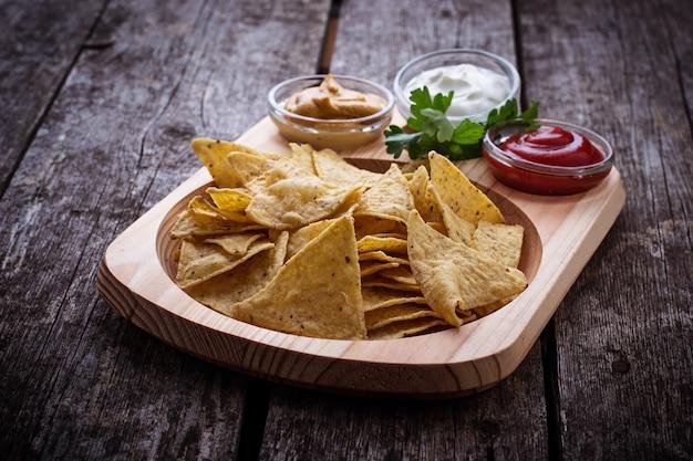 Mexikanische maischips nachos mit soße