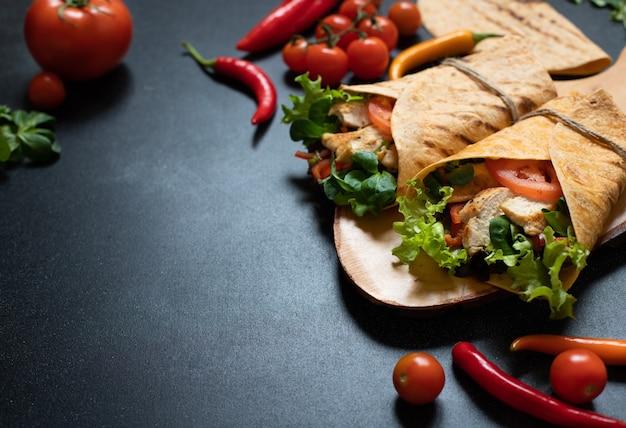 Mexikanische maistortilla wrap mit gegrilltem hähnchen und frischem gemüse