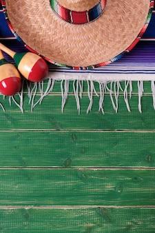 Mexikanische mexikanische sombrero maracas fiesta hölzerne hintergrundvertikale
