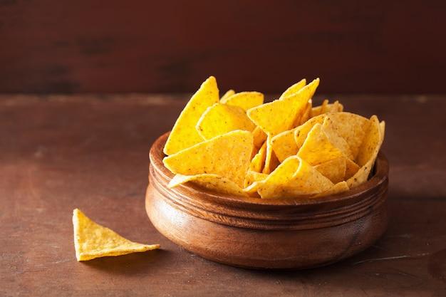 Mexikanische nacho-chips auf braunem hintergrund