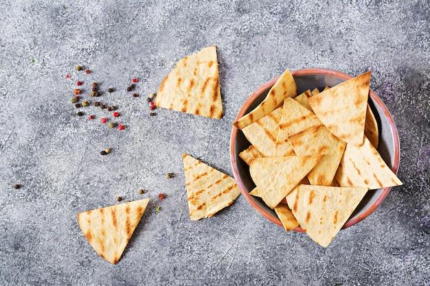 Mexikanische nachos auf hellem hintergrund. draufsicht