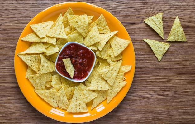 Mexikanische nachos-chips auf hölzernem hintergrund