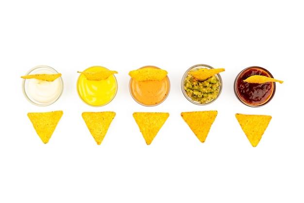 Mexikanische nachos-mais-chips auf einem teller mit soße und gemüse mexikanische küche