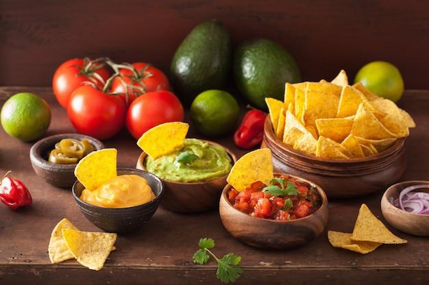 Mexikanische nachos mit guacamole, salsa und käsedip