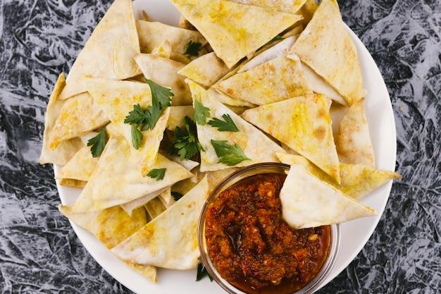 Mexikanische nachos mit scharfer soße