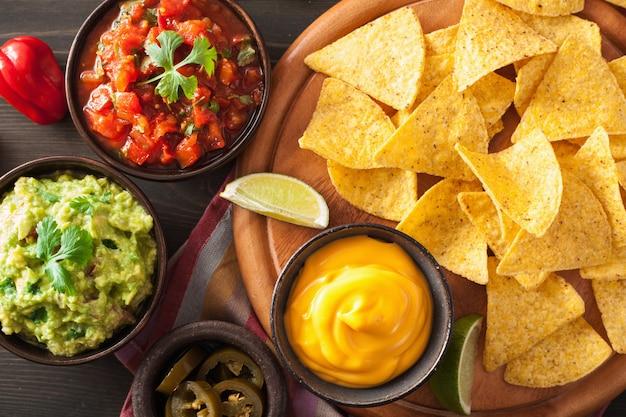 Mexikanische nachos tortilla chips mit guacamole, salsa und käsedip