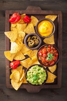 Mexikanische nachos-tortillachips mit guacamole-salsa und käsedip