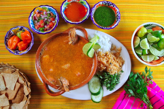Mexikanische paprikasoßen nachos der garnelenmeeresfrüchtesuppe