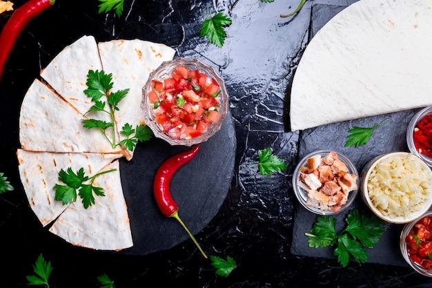 Mexikanische quesadilla mit salsa