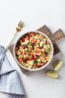 Mexikanische quinoa-schüssel auf weißem hintergrund, draufsicht