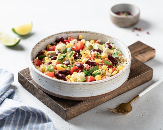 Mexikanische quinoa-schüssel auf weißem hintergrund