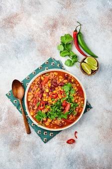 Mexikanische schwarze bohnensuppe mit hackfleisch, tomaten, koriander, avocado und gemüseeintopf
