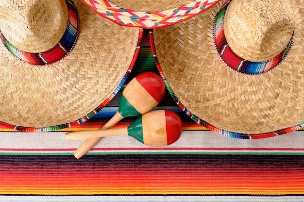 Mexikanische sombreros und maracas