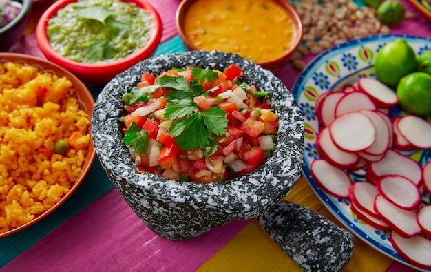 Mexikanische soße pico de gallos mit reis