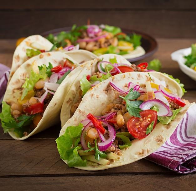 Mexikanische tacos mit fleisch, bohnen und salsa