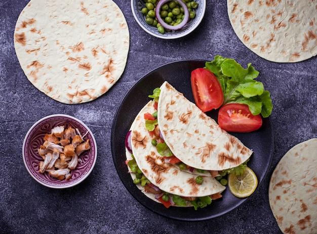 Mexikanische tacos mit fleisch und gemüse. selektiver fokus