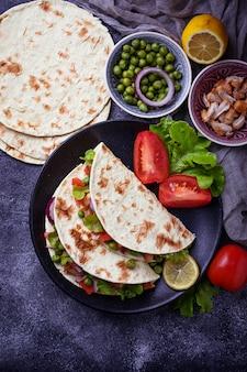 Mexikanische tacos mit fleisch und gemüse