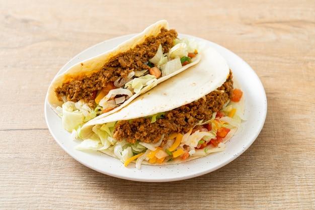 Mexikanische tacos mit gehacktem hühnchen